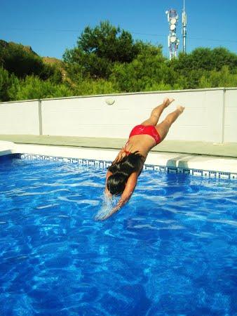 fotos de mujeres en la piscina: